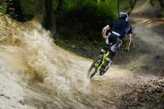 Polvo en declive de Mountainbike fotos de archivo