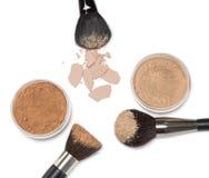 Polvo flojo y polvo compacto con los cepillos del maquillaje Imagen de archivo libre de regalías
