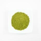 Polvo japonés del té verde del matcha en el mini plato blanco Imagen de archivo