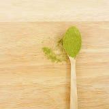Polvo japonés del té verde del matcha en la cuchara Imágenes de archivo libres de regalías