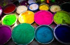 Polvo múltiple del color del festival de Holi en venta en cuencos imágenes de archivo libres de regalías