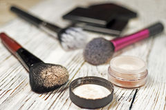 Polvo, pigmentos, brillo, cepillos y lápiz de ojos Imagen de archivo