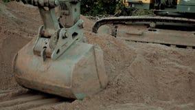 Polvo que trabaja durante obras viales, cierre de Digging Sand And del excavador encima del tiro del cubo de una máquina de excav almacen de metraje de vídeo