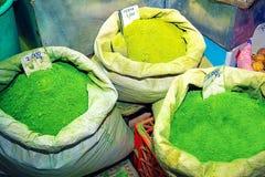 Polvo verde de la alheña en bolsos, en mercado del souk en Muscat Foto de archivo libre de regalías