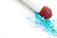 Polvo y cepillo azules del maquillaje del sombreador de ojos Foto de archivo libre de regalías