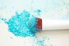 Polvo y cepillo azules del maquillaje del sombreador de ojos Imagen de archivo