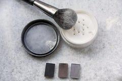 Polvo y cepillo de cara en el fondo blanco foto de archivo