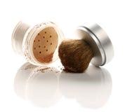 Polvo y cepillo del maquillaje Imágenes de archivo libres de regalías