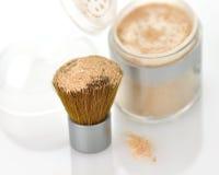 Polvo y cepillo del maquillaje Fotos de archivo libres de regalías