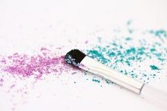 Polvo y cepillo del maquillaje del sombreador de ojos Foto de archivo