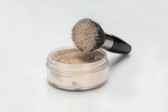 Polvo y cepillo del maquillaje en blanco imagen de archivo libre de regalías
