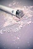 Polvo y cepillo rosados del sombreador de ojos Fotos de archivo libres de regalías