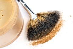 Polvo y cepillos del maquillaje en el fondo blanco Foto de archivo libre de regalías