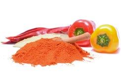 Polvo y pimientas de la paprika en el fondo blanco Imagenes de archivo