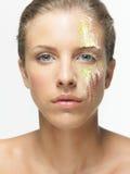 Polvos coloridos de la mujer del retrato del primer en cara Foto de archivo