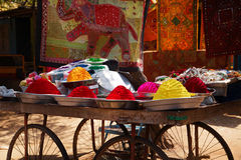 Polvos coloridos de Tika en el mercado indio, la India fotografía de archivo libre de regalías
