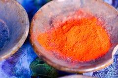 Polvos coloridos del pigmento en potes de arcilla Imagen de archivo libre de regalías