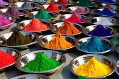Polvos coloridos del tika en el mercado de Orcha, la India Foto de archivo
