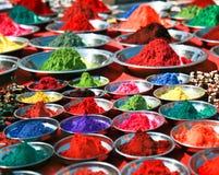 Polvos coloridos del tika en el mercado indio, la India Fotografía de archivo