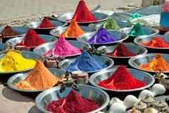 Polvos coloridos del tika en mercado indio Imágenes de archivo libres de regalías