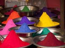 Polvos coloridos en un mercado en Orchha, la India Imagen de archivo