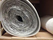 Poly?thylen-Isolierungsisolierungsschaum mit Aluminiumfolie in den Rollen im Speicher stockfotografie