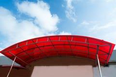 Polycarbonatsüberdachung auf dem Portal des Hauses Stockbilder
