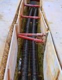 Polyethyleenpijpen in de uitgraving van de wegenbouwplaats Royalty-vrije Stock Afbeelding