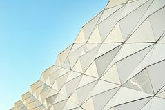 Polygonal πρόσοψη γυαλιού τριγώνων του σύγχρονου κτηρίου Στοκ εικόνα με δικαίωμα ελεύθερης χρήσης