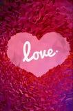 Polygonale Herzform auf rosa und rotem BG Stockbild