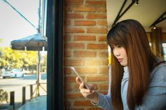 Polygonteknologi över mobiltelefonen på den härliga kvinnahanden på Royaltyfria Foton