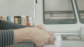 Polygrafprintingprocess - en kvinna avslutar ett papper för en tidskrift lager videofilmer