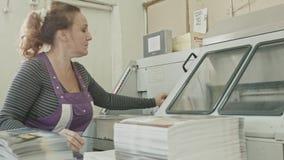 Polygrafprintingprocess - en kvinnas manuella arbete - danandetidskrift arkivfilmer