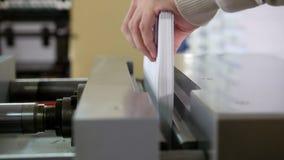 Polygraphic process i ett modernt printinghus - arbete av press arkivfilmer