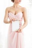 Polygraphy свадьбы Приглашение в руках женщин Стоковые Изображения RF