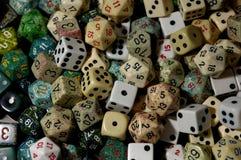 Polyhedral dobbel zoals gebruikt in de rol speelspelen van de lijstbovenkant stock fotografie