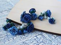 Polymerlehmarmband mit blauen Rosen Stockfotos