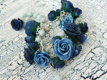 Polymerlehmarmband mit blauen Rosen Stockbilder