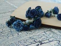 Polymerlehmarmband mit blauen Rosen Stockbild