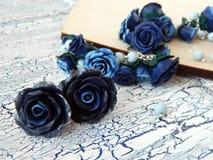 Polymerlehmarmband und -ohrringe mit blauen Rosen Stockfotografie
