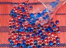Polymern stelnar Stelna bollar bollar av blå och genomskinlig hydrogel, Arkivbild