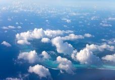 polynesia Atol w oceanie przez chmur widok z lotu ptaka obrazy stock