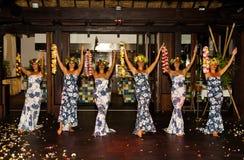 Polynesian dansare utför traditionell dans med blommor Arkivbild