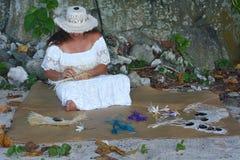 Polynesian kockIslander kvinna som väver en handfan i Rarotonga C royaltyfri bild
