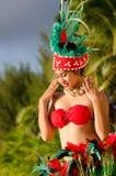 Молодой polynesian танцор женщины Tahitian острова в Тихом океане Стоковое Изображение