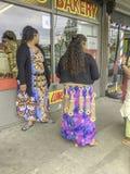 Polynesische Frauen vor Geschäften lizenzfreies stockfoto