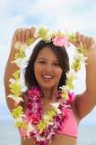 Polynesisches Mädchen mit Blumenleu Stockfotos