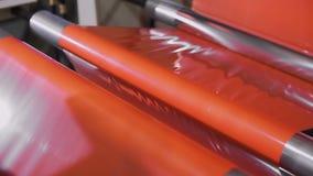 Polypropyleneextruderen med en plan skuren upp dysa värmas till 260 C Fabricering och spolning av den plana tråden Tunn film arkivfilmer