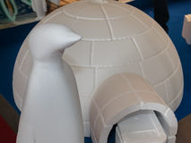 Polystyren-Iglu und Pinguin, polare Plastikrekonstruktion Lizenzfreie Stockfotografie
