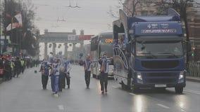 Pom del pom de la onda de los voluntarios que camina megabus Raza de retransmisión de llama olímpica de Sochi en St Petersburg almacen de video